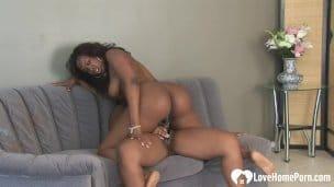 Macaté lesbičky si nakládají dildem