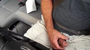 Chlapík se udělá během řízení auta