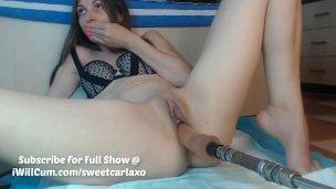 Mladá Slečna se udělá za pomocí svých prstíků a dilda na mašině