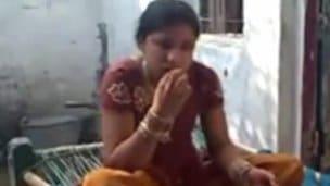 Frajer nastříká Indce sperma do pusinky