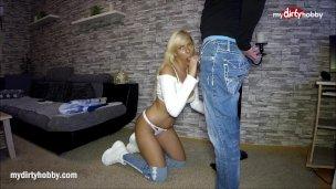 Německý public agent nastříká do pusinky žhavé blondýnce