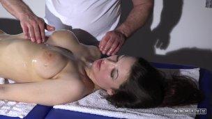 Masér dovede svou masáží prsatou klientku až k orgasmu