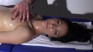 Perfektní brunetka na masáži