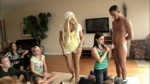 Skupina dívek se učí kouřit péro