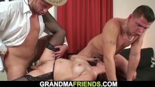 Starší zrzka si užije s dvěma muži