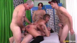 Zralá Tart Skyler použije své tři otvory k uspokojení čtyř nadržených chlapů