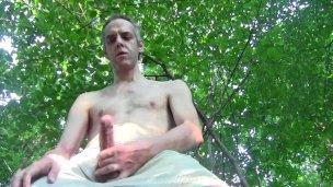Muž se udělá venku na zahradě