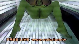 Brunetka v solárku