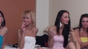 Čtyři děvky kouří cigaretku