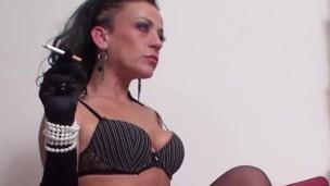 Sexy černovláska v podvazcích si vychutnává cigaretku