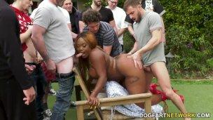 Macatá černoška Jayden Starr na GangBang párty
