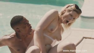 Blondýnka Tina si to u bazénu rozdá s černochem