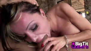 Prsatá Danielle Derek si nechá nastříkat do pusinky