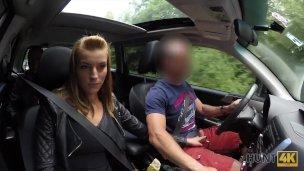 Kráska si tvrdě zamrdá s cizím mužem v autě, za což dostal její přítel pěkně zaplaceno